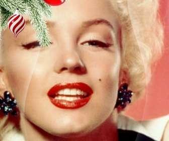 """Cartolina / cornice di Natale in cui si inserisce un""""immagine. Effetto di curve avanzate su sfondo nero. In primo piano si vede un ramo di albero di Natale appeso con due palle, uno a forma di gelato o un tornado, è spirali bianche e rosse, è sferico e termina in un punto. L""""altro è rosso sangue, con fiocchi di neve dipinti. Telaio leggero."""