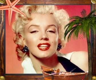 Cornice di mare con le stelle marine, una barca e una palma incorniciato in legno.