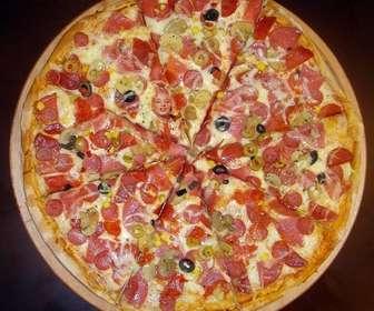 Nascondi la tua foto in questa deliziosa pizza per divertirsi a giocare con le persone a trovare te in esso.
