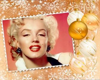 Metti la tua foto in una cornice decorata con decorazioni natalizie.