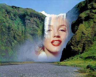 Fotomontaggio con una cascata nel mezzo di una montagna verde per mettere una foto online gratuitamente.