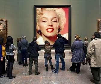 Fotomontaggio nel Museo del Prado con i visitatori che guardano un dipinto a mettere una foto nel foro.