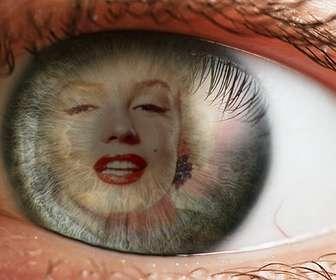 Creare un fotomontaggio con un occhio e una immagine sovrapposta liride e la pupilla come riflettendo.