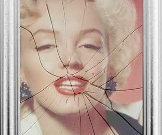 """Cornice digitale, l""""immagine si rifletterà in uno specchio rotto. Può sembrare curioso effetto di una cornice con il vetro rotto."""
