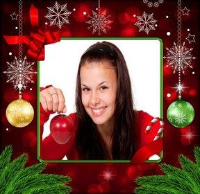 Photo frame per il Natale con decorazioni rosse, fiocchi di neve doro e palle di Natale.