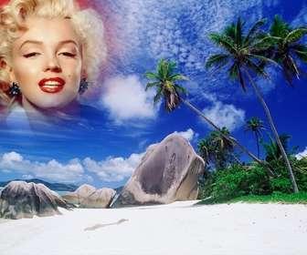 Fotomontaggio di fare un collage con la tua foto e il cielo di questa isola paradisiaca. Vedi palme dietro alcune rocce della spiaggia, un mare turchese e il cielo blu con chiazze di nuvole bianche.