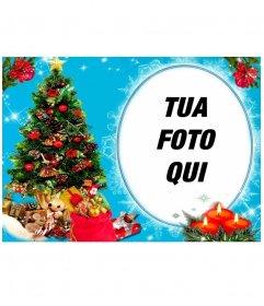 La tua foto in una cornice circolare, accanto a un albero di Natale pieno di doni, e dietro di tre candele disegnate. Sfondo blu con effetti glitter