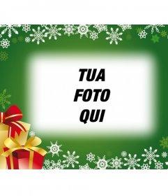 Cartolina con sfondo verde e regali di Natale per mettere la tua foto in background