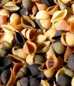 Gioco a nascondere il tuo ritratto in un mucchio di colorato pasta italiana