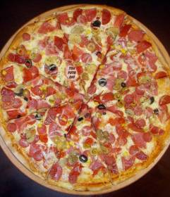 Nascondi la tua foto in questa deliziosa pizza per divertirsi a giocare con le persone a trovare te in esso