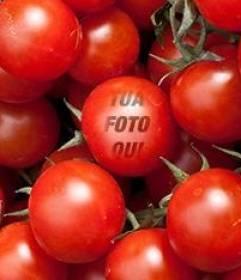 """Gioco educativo in cui si inserisce un""""immagine in un pomodoro per i bambini di imparare a mangiare le verdure in modo divertente"""