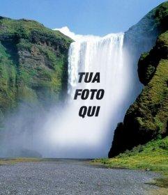 Fotomontaggio con una cascata nel mezzo di una montagna verde per mettere una foto online gratuitamente