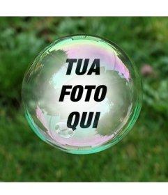 Fotomontaggio con una bolla di sapone su uno sfondo di erba verde in cui la tua foto apparirà riflesso allinterno della bolla