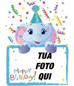 Scheda di compleanno in cui comprenderà una fotografia tenuto da un elefante blu. Fondo di partito.