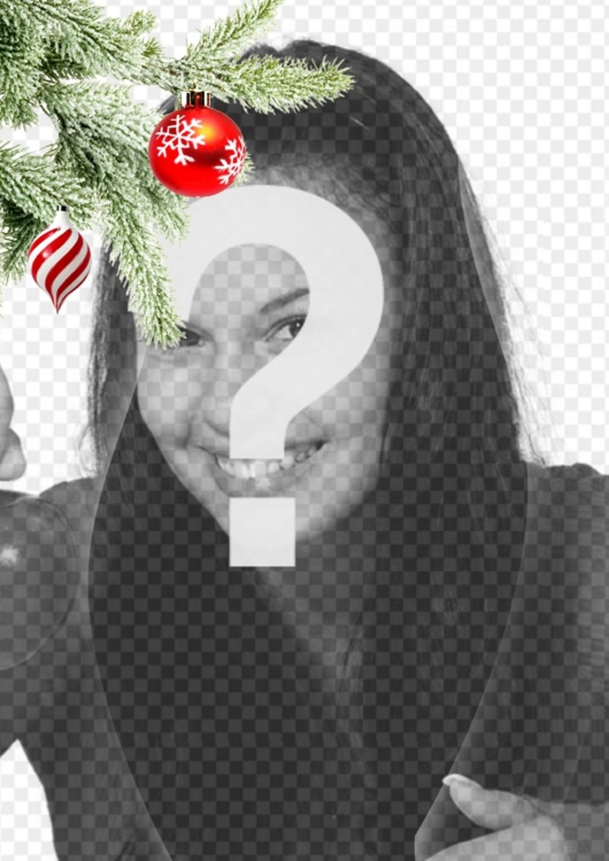 """Cartolina / cornice di Natale in cui si inserisce un""""immagine. Effetto di curve avanzate su sfondo nero. In primo piano si vede un ramo di albero di Natale appeso con due palle, uno a forma di gelato o un tornado, è spirali bianche e rosse, è sferico e termina in un punto. L""""altro è rosso sangue, con fiocchi di neve dipinti. Telaio leggero"""
