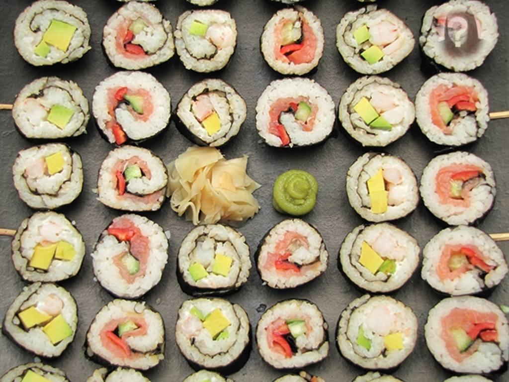 Gioco a nascondere una foto del tuo volto su un pezzo di sushi e dire alla gente di trovare
