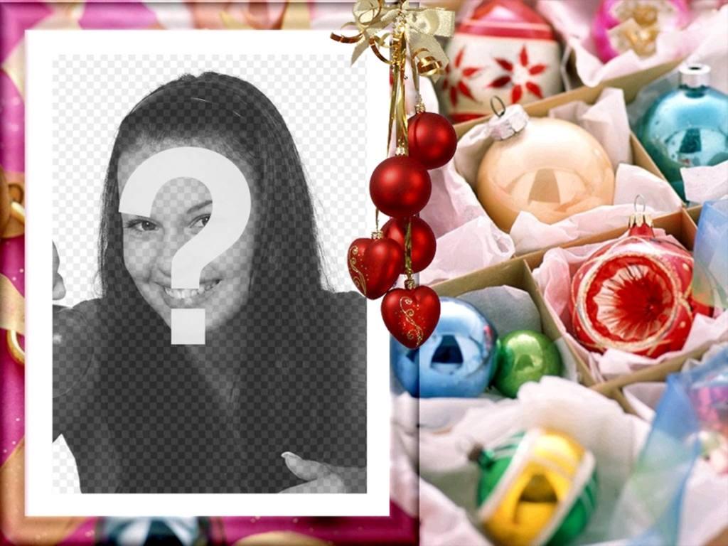 """Cartolina di Natale per la modifica. Si congratula con le vacanze con la tua foto. Cornice d""""oro ornato, palle rosse, come il fondo, fili appesi di luce. utilizzarlo per le cartoline di Natale"""