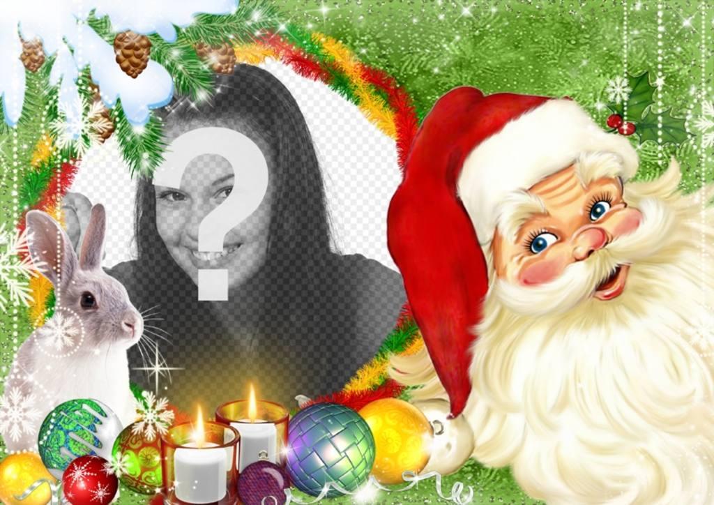 Fotomontaggio con Babbo Natale e un coniglio circondato da palle di Natale e candele