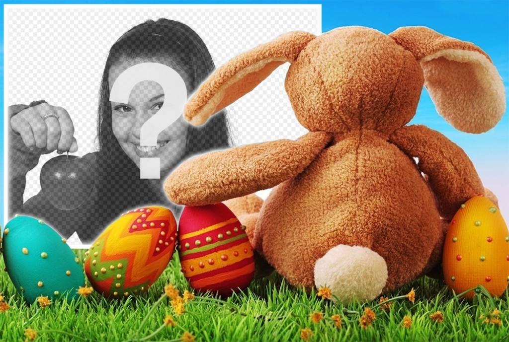 Coniglio di Pasqua con le uova decorate per caricare la tua foto